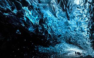 摄影师拍摄冰岛蓝色洞穴 神奇若外星球
