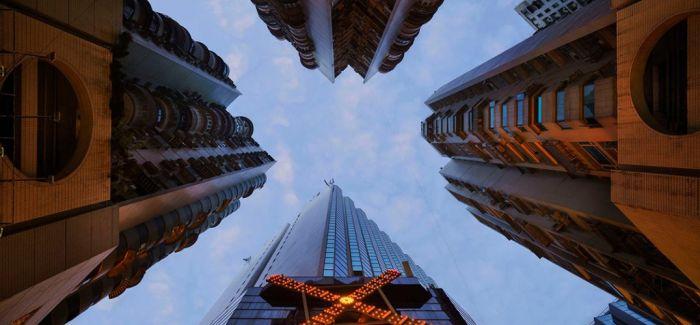 法摄影师仰拍香港摩天大楼