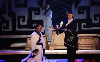 实验话剧《怀清台》:历史人物笼罩在纱幔之中