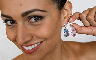 苏富比以3.95亿元天价拍出两枚钻石耳环