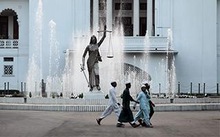 正义女神雕像重新树立于孟加拉国最高法院外