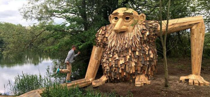 艺术家隐藏了25座巨人雕塑