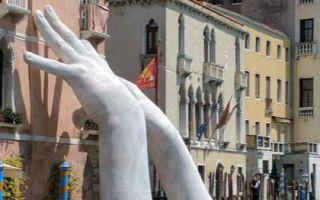 威尼斯双年展——巨手雕塑呼吁环保