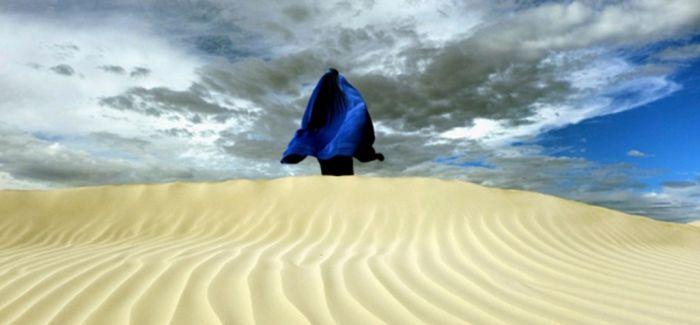 澳洲摄影师戴蓝色面纱自拍 直面面纱隔离问题