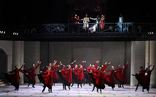 这部芭蕾版《哈姆雷特》 穿黑西装配牛仔裤