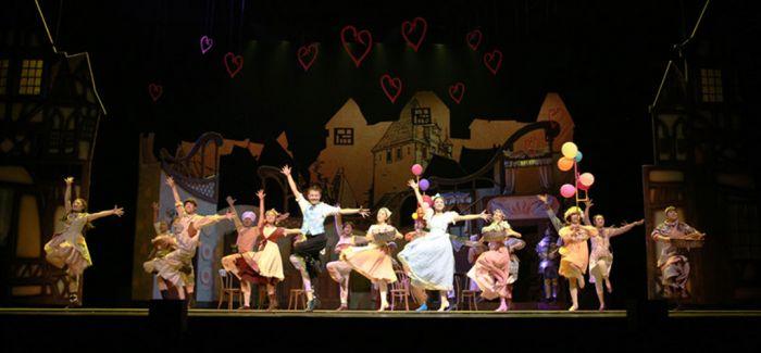 《想变成人的猫》见证两代人音乐剧梦想