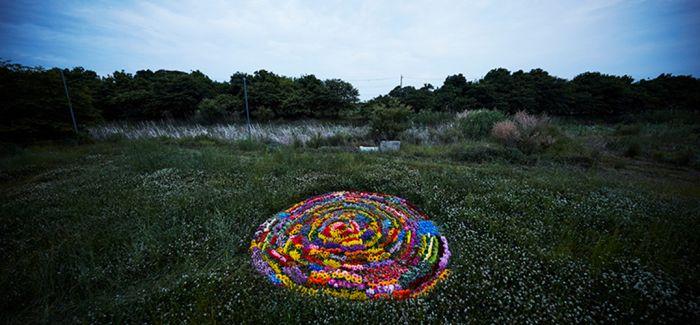 azuma makoto 用10000朵花儿组成的花环