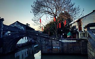 这座城市 东临上海 南接嘉兴 西抱太湖 北依长江