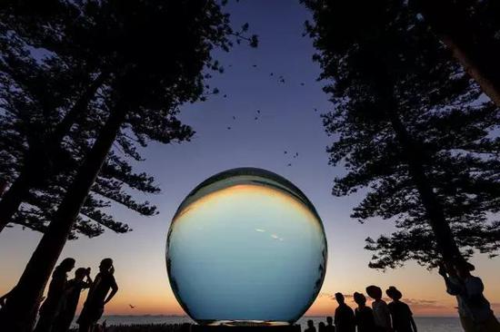 Lucy Humphrey, Horizon, Sculpture by the Sea, Cottesloe 2017。 Photo Jessica Wyld