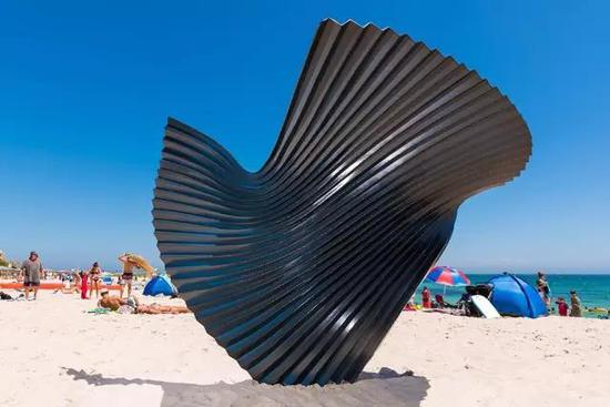 Benjamin Storch, Yielding, Sculpture by the Sea, Cottesloe 2017。 Photo Richard Watson