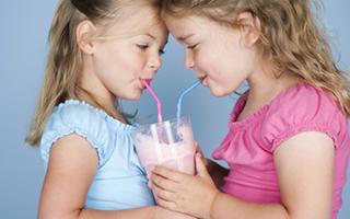 小孩哭闹老不止 多半是要喝奶昔!