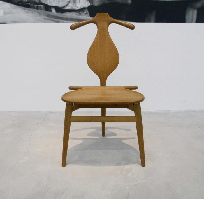 """瓦格纳主要着迷于中式椅子的搭脑和靠背,这些部分让他得以窥见木料的本性,并一次次做出新的尝试。他先是在圈椅的启发下设计出了第一把中式椅,随后又觉得""""一生中设计出一把好椅子,还不够"""",于是一口气又设计出了n种型号。"""