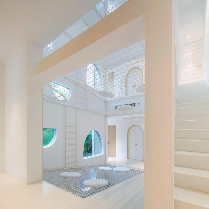 杰瑞鼠之家,全部的空间隔断,门窗设计都采用了圆拱和尖角这两种方式
