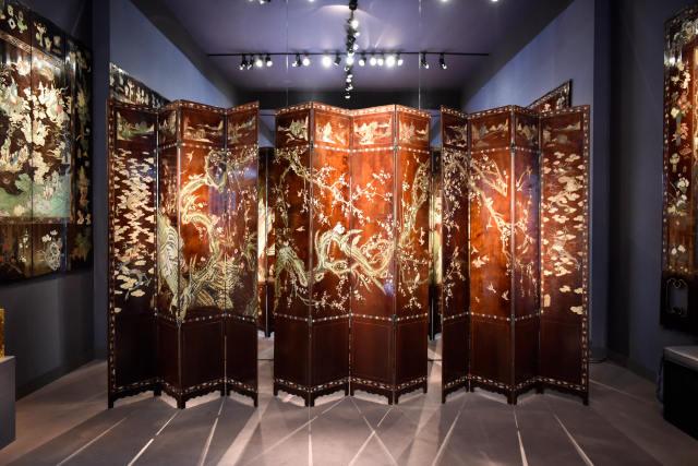 ↑这是9月11日在法国巴黎古董双年展上拍摄的屏风。