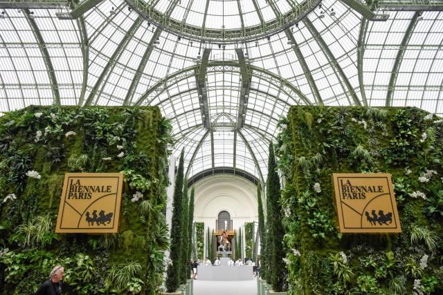 ↑9月11日,一名男子在法国巴黎古董双年展上参观。