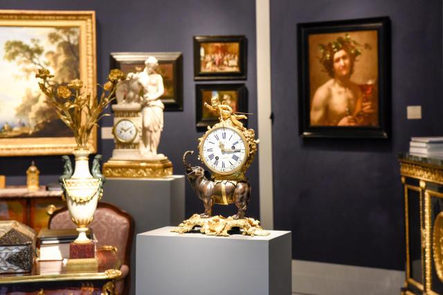 ↑这是9月11日在法国巴黎古董双年展上拍摄的一处展览陈设。