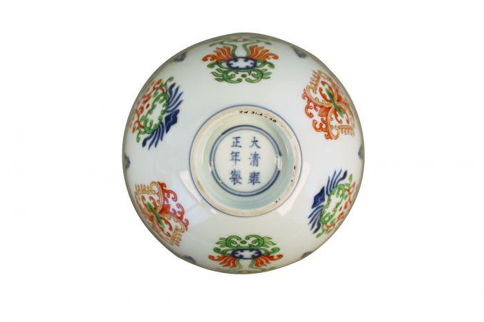清代雍正款五彩海石榴纹碗底部