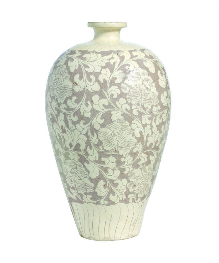 北宋 磁州窰白釉剔纏枝牡丹紋梅瓶