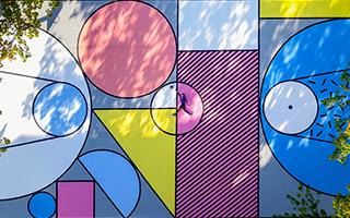 这些彩色的形状 重新定义了篮球场