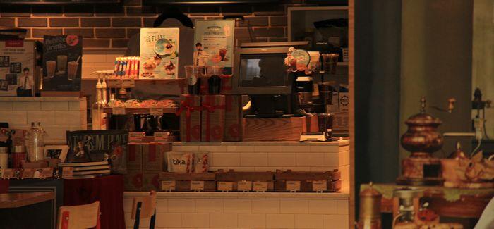 咖啡店的小木桌 见证了悲欢离合