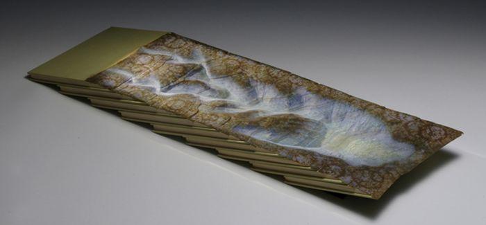 他用破旧的书本组成了景观缩影
