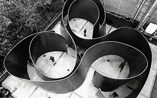 以金属板材组构壮观抽象雕塑而闻名的理查德·塞拉