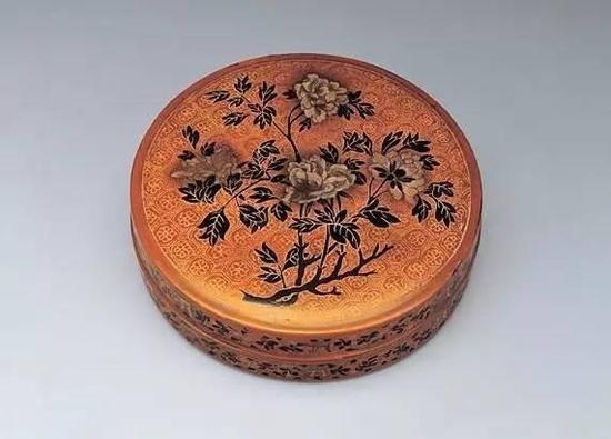 明填漆牡丹圆盒