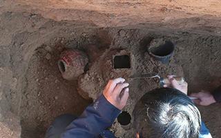铜川首次发现秦代积炭墓 出土彩绘陶罐等文物
