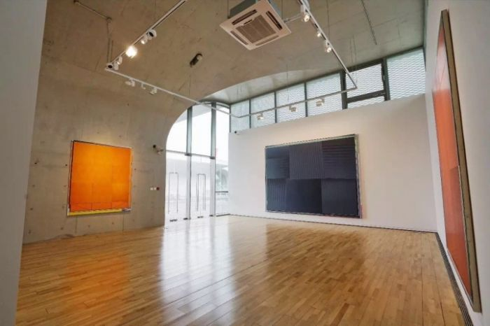"2017hiart space(上海)""反通俗建构:恩里科·巴赫""个展现场,画廊负责人伍劲表示""十年我们才第一次做欧洲艺术家的展览。对于年轻一代艺术家来说,确实世界是平的。对于国内正在兴起的抽象浪潮,一个外来者的视角让我们可以更清楚了解自己的位置"""