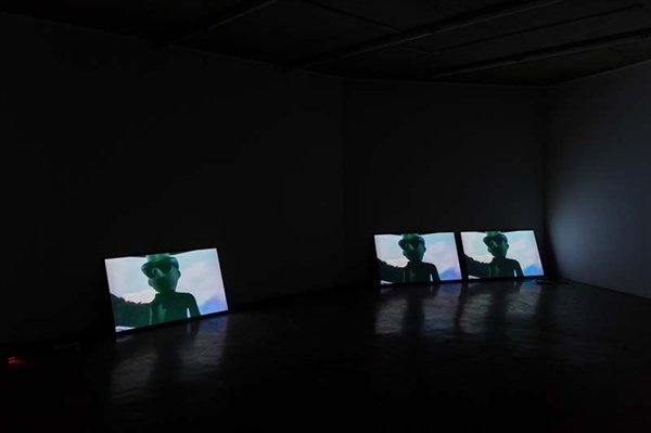 """2017艾米李画廊""""皮耶里克·索朗:充实的人生1992-2017""""展览现场,当画廊展览闭幕后,位于顺德的华侨城盒子美术馆开馆展也带来了皮耶里克·索朗的个展,艾米李画廊也是主办方之一同时,海关的审查也是跨国展览所面对的挑战:林冠艺术基金会(北京)在2016年9月份的展览""""克里斯丁·莱默茨与诺伯特·塔丢斯:肉""""中,艺术家诺伯特·塔丢斯的16幅油画和3幅素描被中国文化局禁止入境,这批被禁的作品将会于林冠艺术基金会POP-UP(香港)展出。当时林冠艺术基金会(北京)的工作人员也表示:""""有可能是艺术家作品的画面太过激烈,但是境外画作审查不通过并不是一件很稀有的事情。"""""""