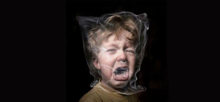 公益戒烟海报:烟雾笼罩的孩子