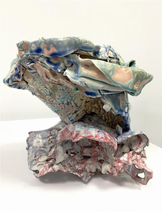 """《顶》,琳达?索门(加拿大),上釉陶瓷(联合约翰?吉尔的作品""""圆锥体""""),23×22×21厘米,2017年"""
