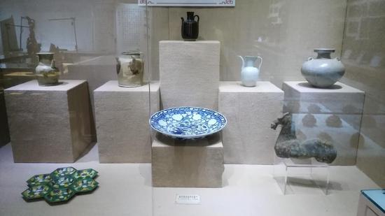 展览展出被修复的各种古瓷