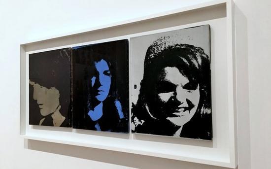 美国波普艺术大师安迪·沃霍尔的《杰奎琳三联画》(Jackie Triptych),前面图片里还有个《三重猫王》