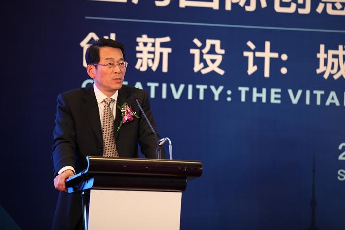 qq 凤凰 艺术 空间/▲上海市文化创意产业推进办副主任陈跃华现场发言
