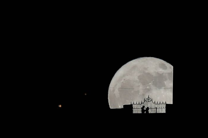 2017-12-03T205442Z_147234239_RC1F12343AF0_RTRMADP_3_SUPERMOON-SIGHTING-SPAIN-1200x800