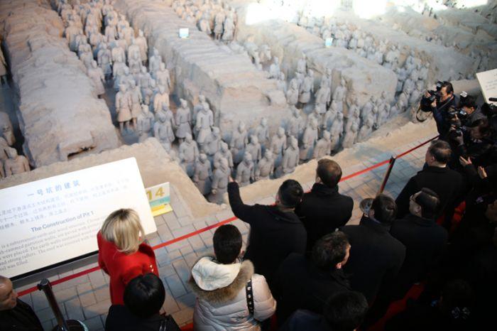 马克龙飞抵西安 首站携妻子参观秦始皇兵马俑