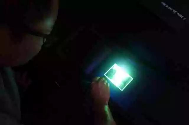 《时光之尘-记忆的洞穴》2  混合媒介装置(帐篷、感光图像、文字、UV光手电) 尺寸可变   上海K11美术馆 / 上海 2016