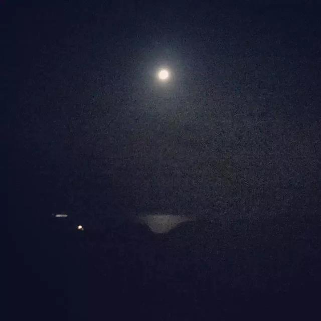 艺术家拍摄的月光下的旧金山ocean beach海滩