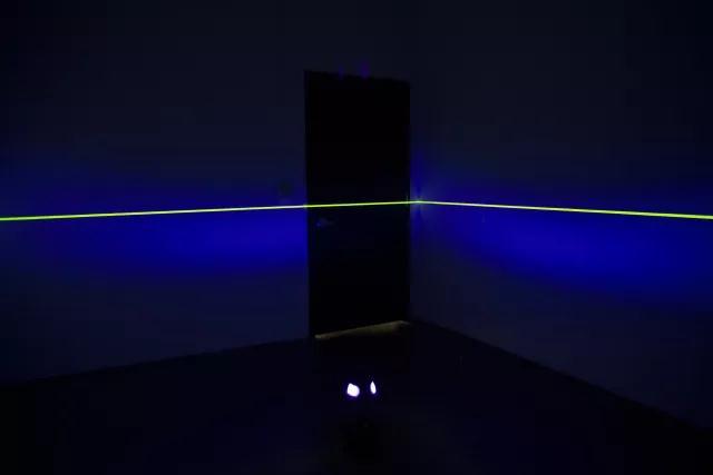 《美丽作为一种消耗》 混合媒介装置(感光材料、UV光、旋转底座)  旧金山艺术学院 / 2015