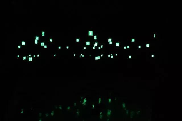 《星群-为了忘却的纪念》 混合媒介装置(感光图像、金属支架、压克力、UV光) 尺寸可变   盒子美术馆/2015