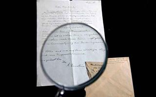 匿名藏家以10万美元高价拍走爱因斯坦亲笔书信
