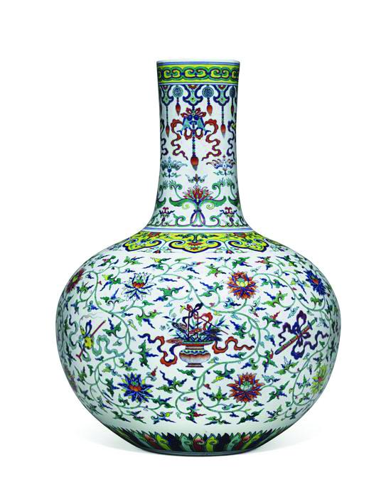 清乾隆糍彩加粉彩暗八仙践天球瓶,高54cm, 估价7000万-9000万港元