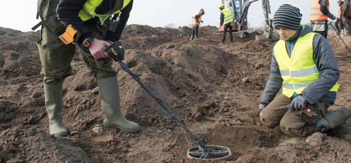 一男孩与业余考古学家发现丹麦传奇国王宝藏