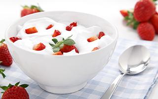 来一份柔软丝滑的草莓酸奶