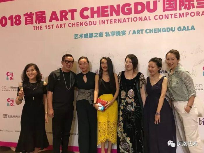 13开幕现场,千高原画廊工作人员、Art021创始人包一峰、收藏家Ling Ling和Cissy 、ART CHENGDU创始人黄予的太太李慧娜、ART CHENGDU创始人黄在、典藏集团谢盈盈
