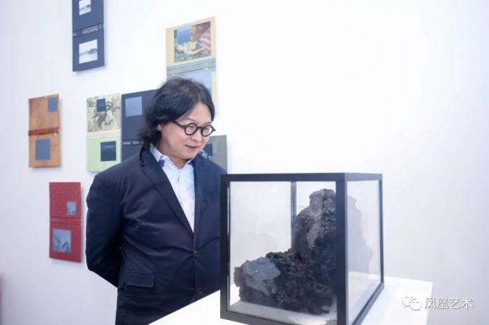 15 展会现场,艺术家丁乙在观赏作品