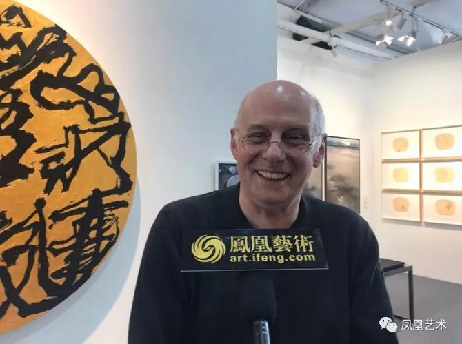 """42展会现场,原汉堡美术馆馆长Prof Claus Mewes接受""""凤凰艺术""""采访"""