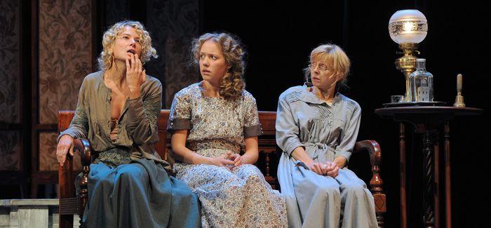 荒诞风演绎的契诃夫名剧 《三姐妹》