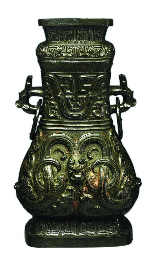 (图7-1)中国国家博物馆藏西周晚期颂壶,失盖,高51.7厘米,造型相同。